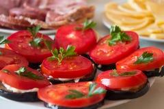 Pasto dei pomodori sulla tabella Fotografie Stock