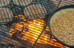 Pasto del fuoco di accampamento Fotografia Stock