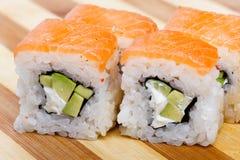 Pasto del Giappone del rotolo del giapponese dei sushi fresco Immagine Stock