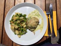 Pasto del pollo con il carciofo e fotografia stock