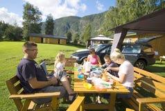 Pasto dell'accampamento della famiglia Fotografie Stock Libere da Diritti