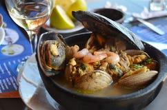 Pasto della minestra dei frutti di mare e vino bianco dal Cile Fotografia Stock Libera da Diritti