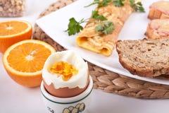 Pasto della prima colazione con un uovo Fotografia Stock Libera da Diritti