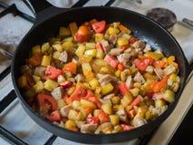 Pasto di frittura Colourful nella fine della pentola su Immagini Stock Libere da Diritti
