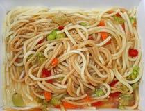 Pasto di Microwaved delle tagliatelle, del sugo e delle verdure Immagini Stock Libere da Diritti