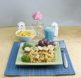 Pasto di scampi del gambero dell'aglio su placemat blu immagine stock libera da diritti