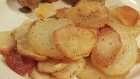 Pasto domestico del pollo e delle patate stock footage