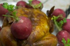 Pasto festivo dell'arrosto di maiale con la crosta croccante su un piatto, su una tovaglia, su una decorazione di natale e sulle  fotografia stock libera da diritti