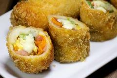 Pasto fritto nel grasso bollente del preparato dell'insalata del rotolo Fotografie Stock