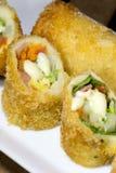 Pasto fritto nel grasso bollente del preparato dell'insalata del rotolo Fotografia Stock Libera da Diritti