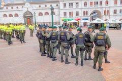 PASTO KOLUMBIA, LIPIEC, - 3, 2016: milicyjny oddział jest ubranym lifejackets stoi na głównym placu miasto Obraz Royalty Free
