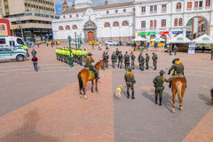 PASTO KOLUMBIA, LIPIEC, - 3, 2016: niektóre policjant pozycja w głównym placu przygotowywa wystawę Zdjęcie Stock