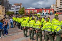 PASTO, KOLUMBIEN - 3. JULI 2016: überwachen Sie Stellung im Mittelquadrat der Stadt polizeilich, die eine Ausstellung vorbereitet Lizenzfreies Stockbild