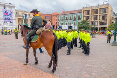 PASTO, KOLUMBIEN - 3. JULI 2016: nicht identifizierter Polizeibeamte monted auf einem Pferd nahe bei einigen nicht identifizierte Stockfotografie