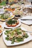 Pasto in modo bello decorato sulle zolle al ristorante Fotografie Stock Libere da Diritti