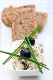 Pasto sano del formaggio, del pane e delle olive di feta Immagini Stock