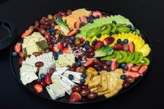 Pasto servito sui piatti e sugli utensili di plastica Fotografie Stock Libere da Diritti