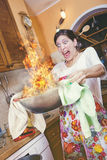Pasto su fuoco, cucinare andata male fotografia stock