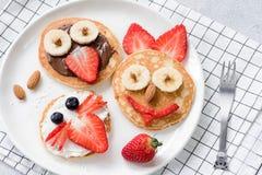 Pasto variopinto della prima colazione per i bambini Arte dell'alimento del pancake, fronti animali divertenti fatti con i frutti Fotografia Stock Libera da Diritti
