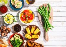 Pasto vegetariano arrostito sulla Tabella di picnic fotografia stock