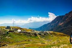 Pasto verde y cielo azul en la manera a Himalaya del camino, ladakh del leh de Himachal del turismo del manali, la India imagenes de archivo