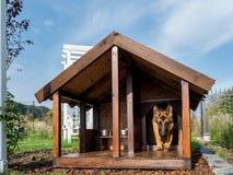 Pastor alemán que sale de su perrera Imagen de archivo