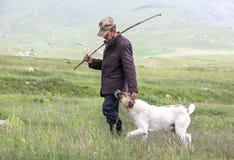 Pastor armênio dos carneiros com seu cão imagem de stock royalty free