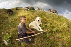 Pastor e cão desgrenhado fiel Fotos de Stock Royalty Free