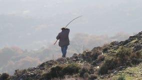 Pastor en las colinas en Grecia almacen de video