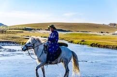 Pastor que corre no rio no cavalo fotos de stock royalty free