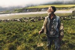 Pastor With Sheep On The Field en montañas, Front View Comcept de la agricultura Imágenes de archivo libres de regalías