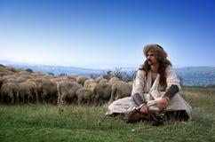 Pastor solo con las ovejas Fotos de archivo libres de regalías