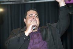Pastor som utför under en kristen konsert Arkivbild