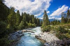 Pastorale nella valle alpina della montagna in Austria Cascate di acqua fredda alla fonte delle cascate famose di Krimml Fotografia Stock Libera da Diritti