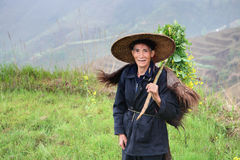 Pastore agricolo asiatico dell'uomo in cappello cinese ed in pelle animale Fotografia Stock Libera da Diritti