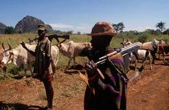 Pastores del ganado de Karamojong con los armas, Uganda Foto de archivo libre de regalías