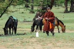 Pastores mongoles con los caballos imagen de archivo libre de regalías