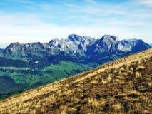 Pastos y colinas del otoño en la meseta debajo de las cordilleras Churfirsten foto de archivo libre de regalías