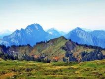Pastos y colinas del otoño en la meseta debajo de las cordilleras Churfirsten fotografía de archivo libre de regalías