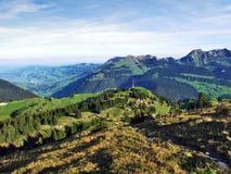 Pastos y colinas del otoño en la meseta debajo de las cordilleras Churfirsten fotos de archivo libres de regalías