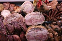 Pastrama, salchichas y jamón del cerdo imagenes de archivo