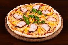 Pastrami κοτόπουλου, κίτρινες πιπέρι και πίτσα καπάρων Στοκ Εικόνες