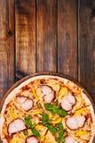 Pastrami da galinha, pimenta amarela e pizza das alcaparras Imagem de Stock Royalty Free