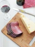 Pastrami κρέατος Deli και κορυφαία όψη τυριών χοντρών κομματιών Στοκ εικόνα με δικαίωμα ελεύθερης χρήσης