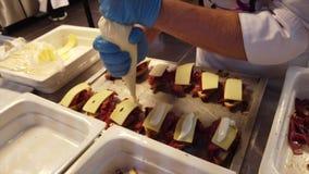 Pastramisandwich in stap 3 door roomkaas wordt gemaakt toe te voegen die stock video