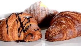 pastry Croissant isolados sobre o branco vídeos de arquivo