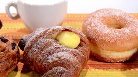 pastry Vários produtos do café da manhã Filhós, croissant, bolo frito video estoque