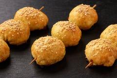 Pasttries do sopro com samosa da carne - uzbek tradicional e indiano pasrty imagens de stock