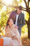 Państwo młodzi przy ślubnym stołem Jesieni plenerowy położenie Zdjęcie Royalty Free