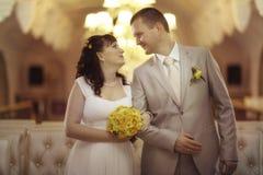 Państwo młodzi przy ślubu bankietem Fotografia Royalty Free
